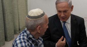"""נתניהו בביקור פתע במעון לקשישים בבאר יעקב: """"הטיפול טוב, הקשישים מרוצים"""""""