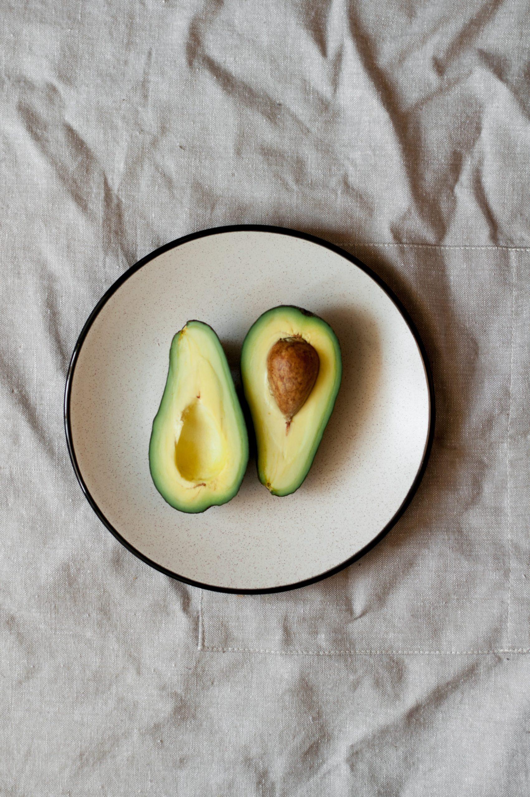 דיאטה בעלת תכולה בינונית של שומן, שכוללת אבוקדו אחד ליום, מגבירה את רמות החומרים נוגדי-החימצון בפלסמה ומפחיתה את חימצון חלקיקי ה-LDL-כולסטרול הצפופים הקטנים במבוגרים בעודף משקל ושמנים: ניסוי קליני אקראי מבוקר