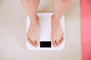 קשר בין משקל תקין בשילוב עם השמנה מרכזית (השמנה בטנית) לבין תמותה מכל הסיבות ותמותה מסיבות ספציפיות בנשים לאחר הפסקת הווסת